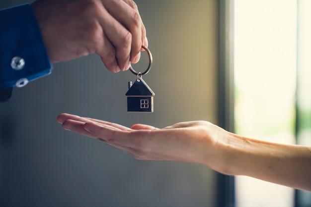 Immobilienmakler-erfolgsjob, zum des fertigbauprojektes zum hauptkunden zu übertragen