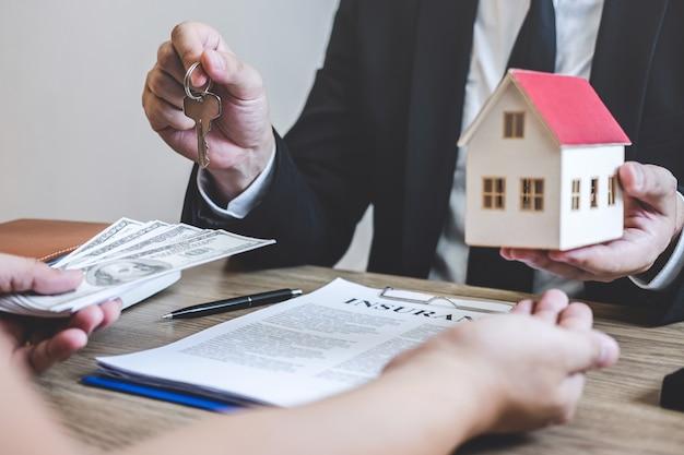 Immobilienmakler erhalten geld vom kunden nach vertragsunterzeichnung immobilien mit genehmigtem hypothekenantragsformular, kauf oder betreffend hypothekendarlehensangebot für und hausversicherung