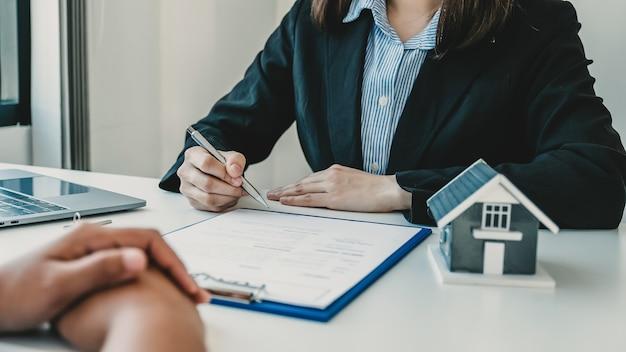 Immobilienmakler hand hält stift und erklärt den geschäftsvertrag oder die hausversicherung home