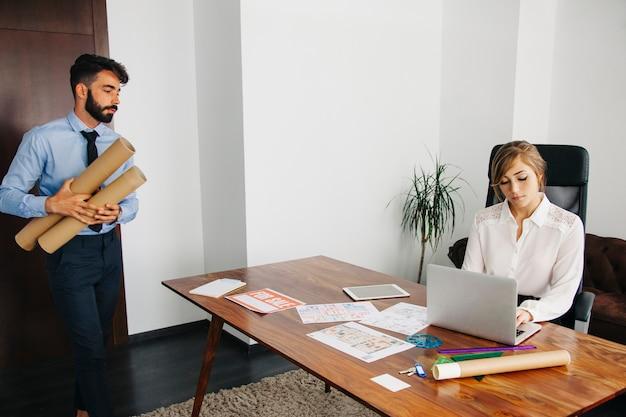 Immobilienmakler im büro