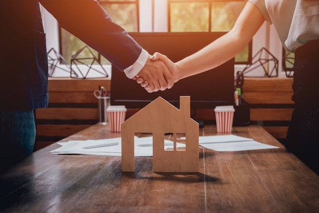 Immobilienmakler mit kunden nach vertragsunterzeichnung. handschlag. immobilienkonzept.