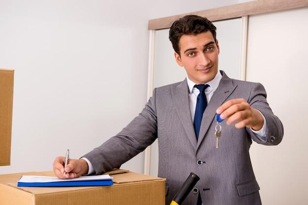 Immobilienmakler mit schlüssel vom neuen haus