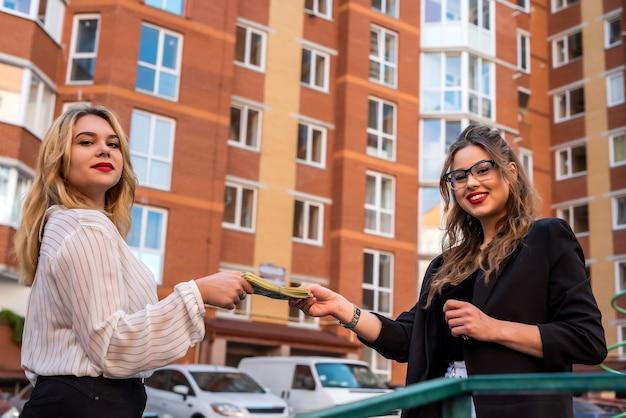 Immobilienmakler präsentiert dem neuen eigentümer ein neues haus. verkaufskonzept