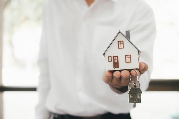 Immobilienmakler wohnhaus mietvertrag. angebot des kaufhauses, vermietung von immobilien. geben, anbieten, demonstrieren, hausschlüssel übergeben.