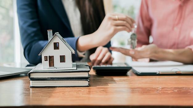 Immobilienmakler wohnhaus und autovermietung listungsvertrag