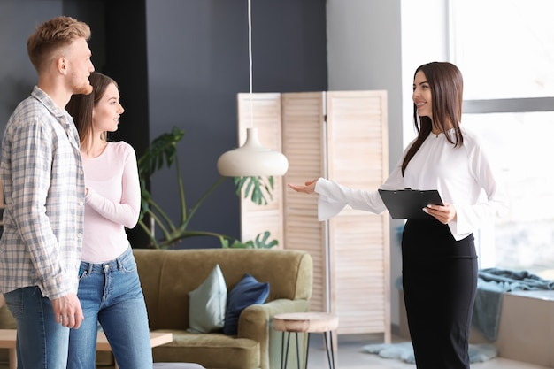 Immobilienmakler zeigt jungem paar ein neues haus