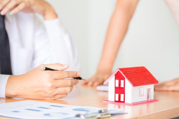 Immobilienmakler zur präsentation der immobilie (haus)