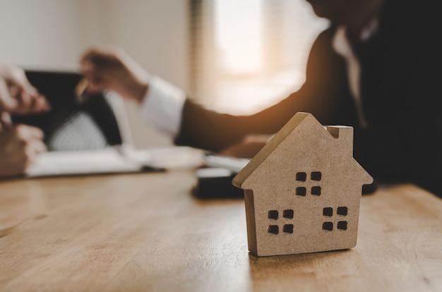 Immobilienmaklermanager, der dem kunden schlüssel gibt, nachdem vertrag unterzeichnet worden ist