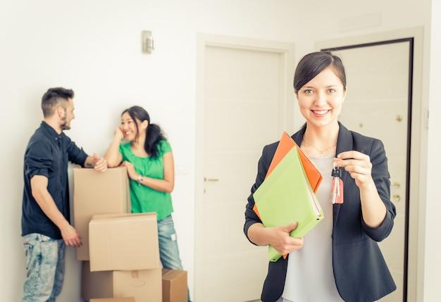 Immobilienmaklerporträt mit familie, die neues zuhause bekommt