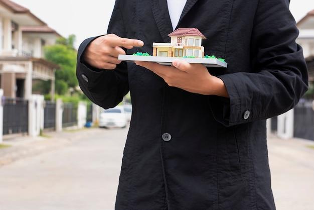 Immobilienrecht konzept. hammer auf klangblock in den händen männlicher richter, der für die versicherungsentschädigung arbeitet