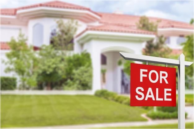 Immobilienschild vor neuem haus zum verkauf