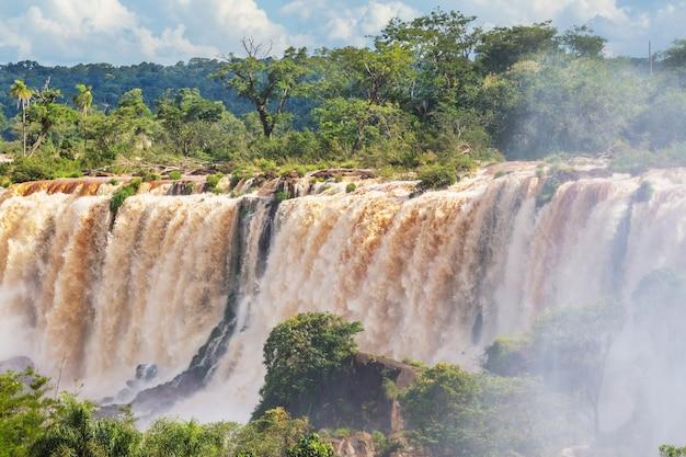 Impessive iguassu (iguazu) fällt auf die grenze zwischen argentinien und brasilien, instagram-filter. kraftvolle wasserfälle im dschungel.
