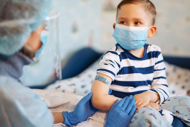 Impfung des kleinen kindes zu hause.