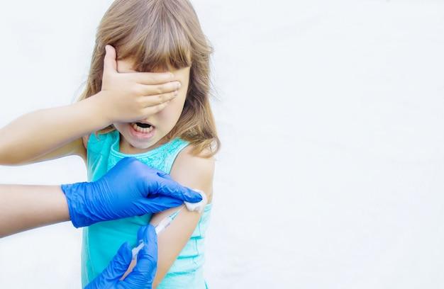 Impfung von kindern. eine injektion. selektiver fokus