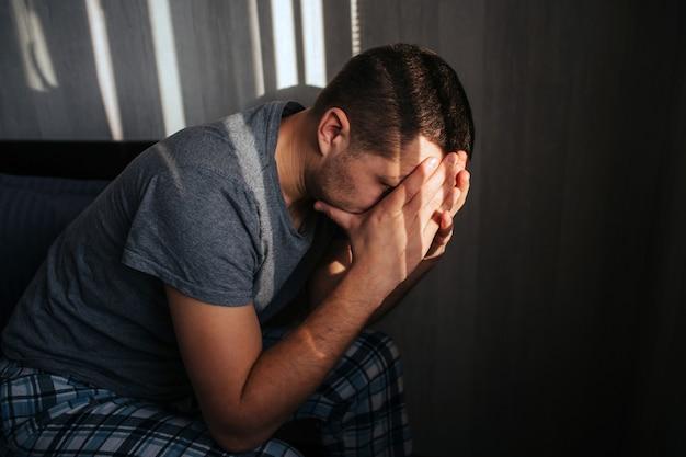 Impotenz oder prostatitis bei einem männlichen modell. schlechte laune am morgen. gesundheitsprobleme von männern. impotenz oder prostatitis bei einem männlichen modell.