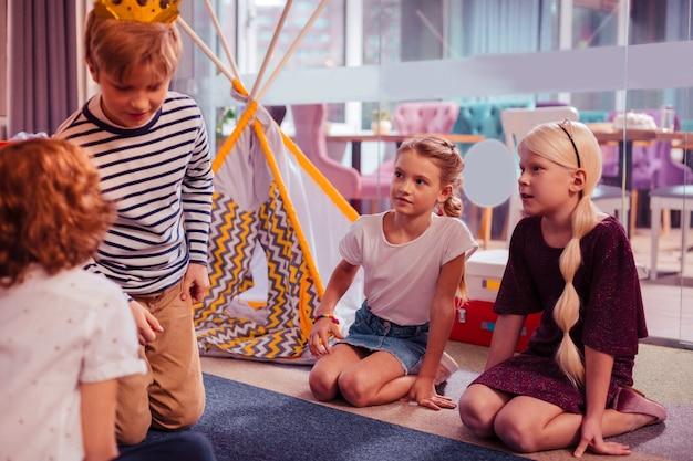 In allen ohren sein. fröhliche kinder, die zeit im spielzentrum verbringen, geburtstagsfeier haben