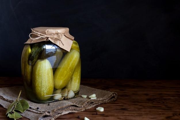 In büchsen konservierte gurken in einem glas