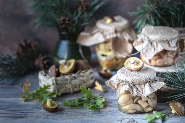 In büchsen konservierte pilze in einem glasgefäß auf dem tisch