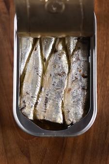 In büchsen konservierte sardine auf holztisch