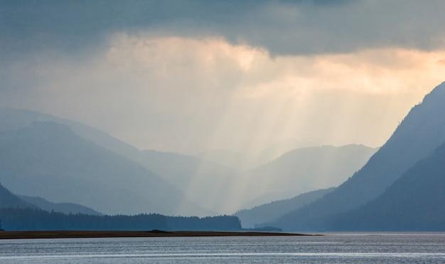 In den fjorden alaskas spiegeln sich wolken im wasser.