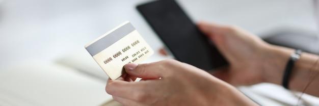 In den händen von kreditkarten- und smartphone-online-zahlungen über das internet