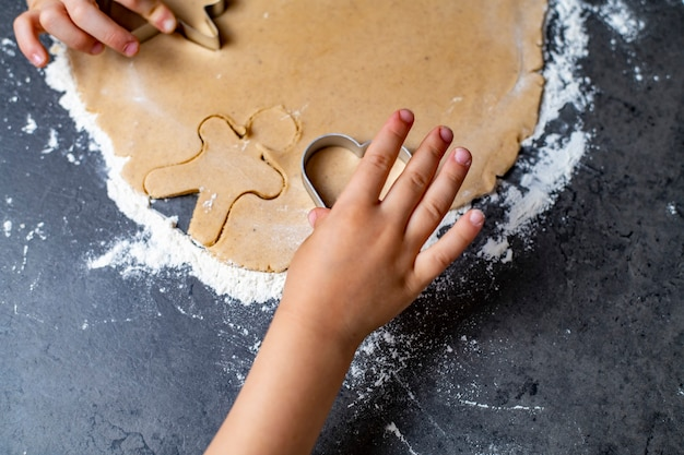 In den weihnachts- und neujahrsferien bereiten mutter und kinder lebkuchenplätzchen zu