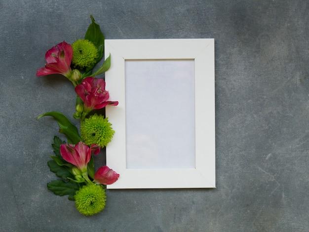 In der draufsicht flach lag ein leeres notizbuch mit alstroemeria-blumen und chrysanthemen