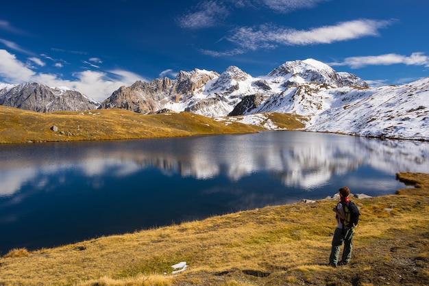 In der herbstsaison die alpen erkunden