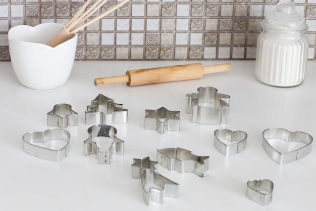 In der küche auf dem tisch backformen, mehl und nudelholz