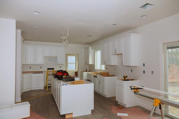 In der küche ist der platz für die installation quadratisch geschnitten