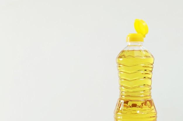 In der küche steht eine kochfertige flasche palmöl.