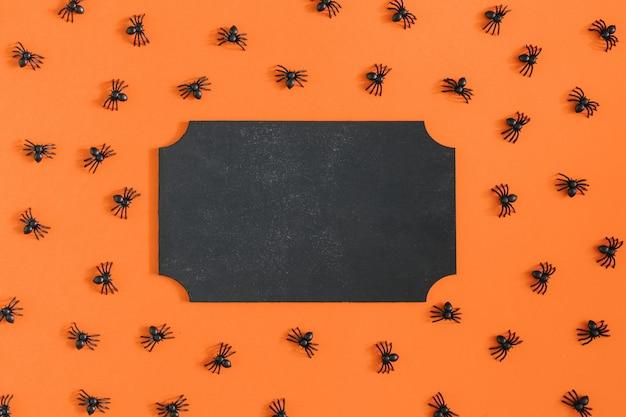 In der mitte des orangefarbenen hintergrunds befindet sich ein leerer teller mit einem platz für den text