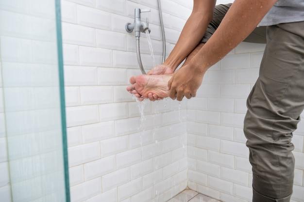 In der nähe des fußes des menschen wird vor dem gebet zu hause eine waschung (wudhu) durchgeführt