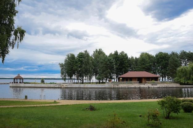 In der nähe des stausees gibt es einen pavillon und ein gästehaus sowie ein schwimmbad