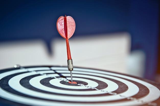 In der nahaufnahme hat das bullseye einen pfeil, der die mitte trifft.
