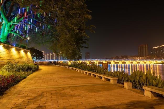 In der stadt bei nacht spiegeln sich bunte lichter im wasser des flusses