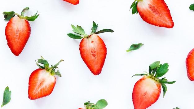 In eine halbe erdbeere auf weißem hintergrund geschnitten