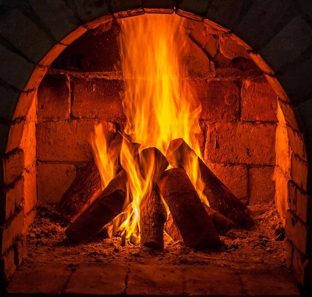 In einem kamin brennt ein feuer