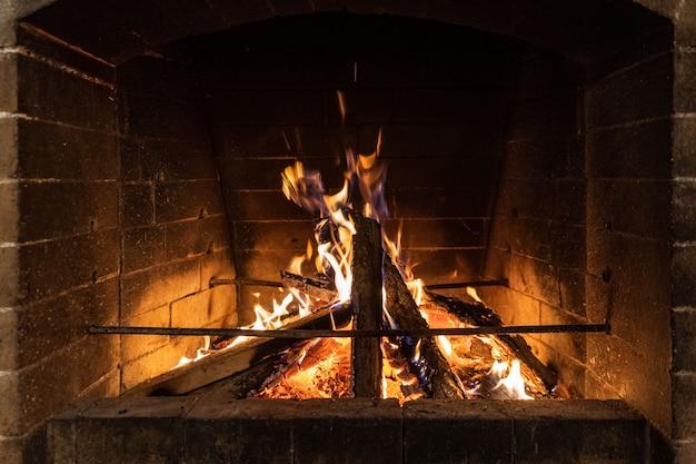 In einem kamin im wohnzimmer brennt ein feuer