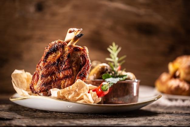 In einem rustikalen restaurant wird deutsches schweinshaxe oder schweinshaxe serviert.