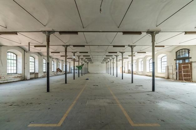 In einer riesigen leeren fabrik