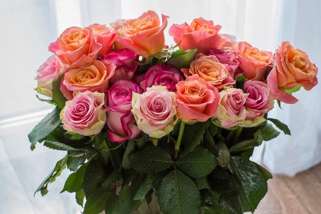 In einer vase rosa rosen in verschiedenen nuancen
