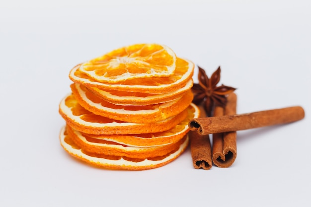 In getrocknete orange geschnitten mit zimtstangen und anis. glühweinset.