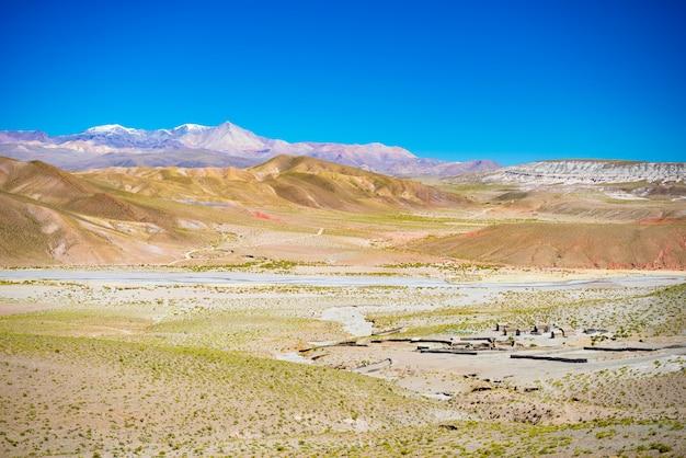 In großer höhe unfruchtbare gebirgskette im hochland der anden auf dem weg zum berühmten uyuni-salzsee.