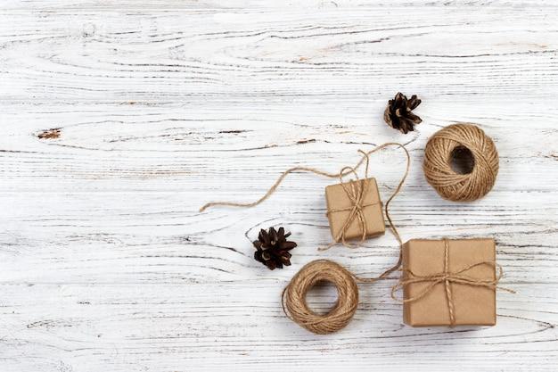 In handarbeit gemachtes geschenk auf rustikalem hölzernem hintergrund mit weihnachtsdekoration