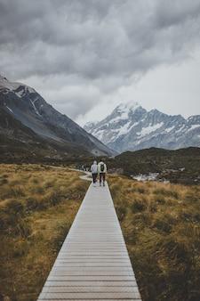 In hooker valley track mit blick auf mount cook in neuseeland