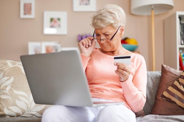 In jedem alter können sie einkäufe mit kreditkarte bezahlen