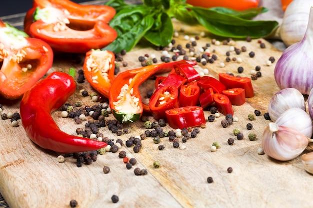 In scheiben geschnitten zum kochen von frischem natürlichem rotem pfeffer. roter paprika, geeignet für die zubereitung von salaten. details von geschnittenem pfeffer