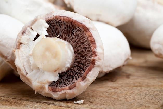 In scheiben geschnittene champignons während des kochens, nahaufnahme von champignons, die für die wärmebehandlung geschnitten wurden