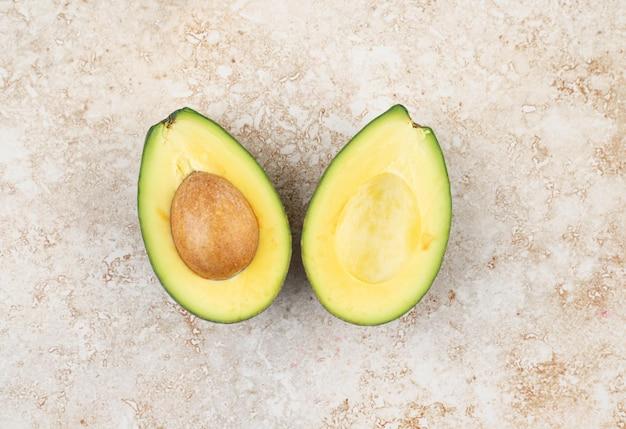 In scheiben geschnittene frische köstliche avocado auf marmoroberfläche